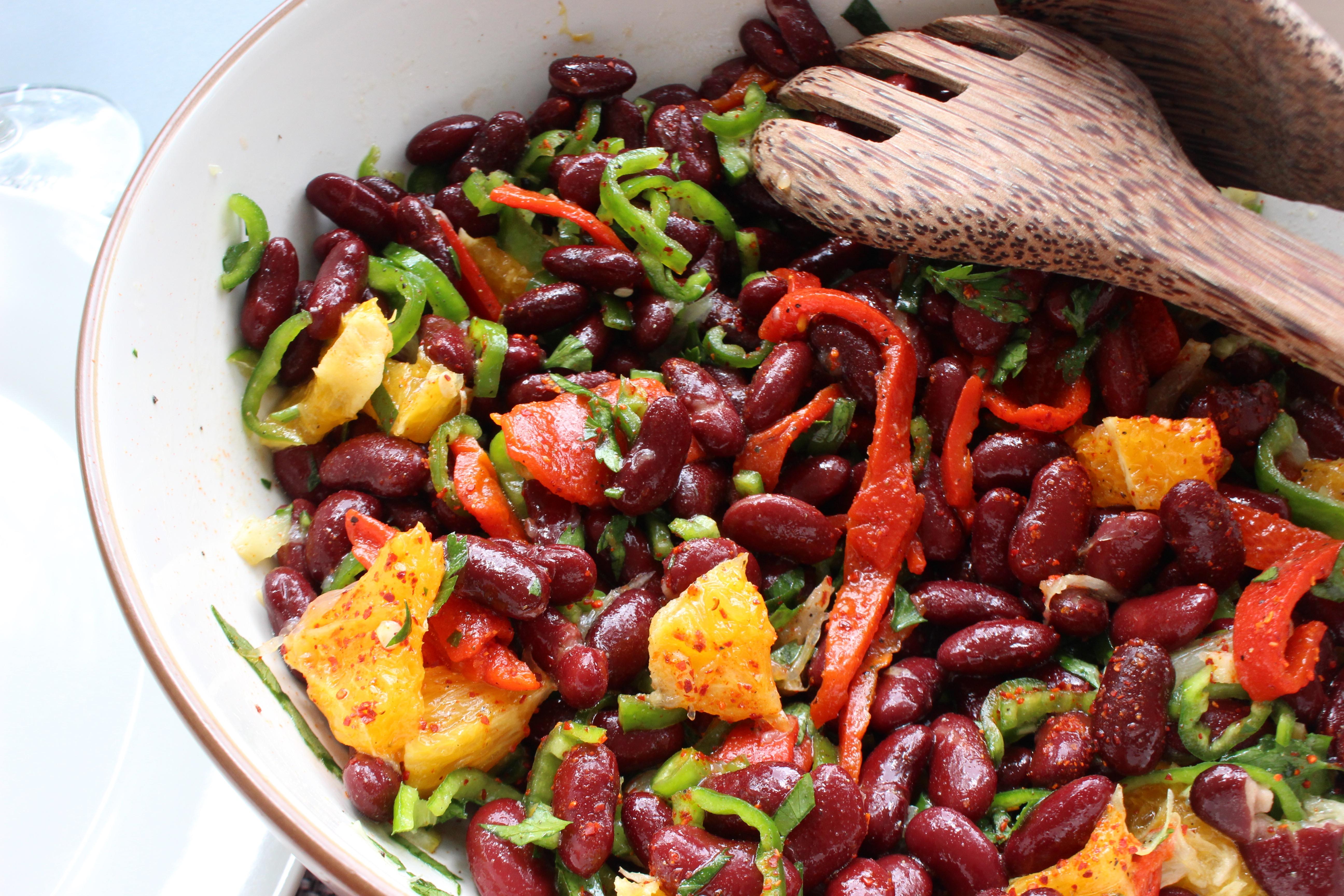 Salade de haricots rouges, piments verts et orange