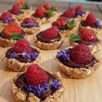 Mini tartelettes crues, fruits rouges et chocolat