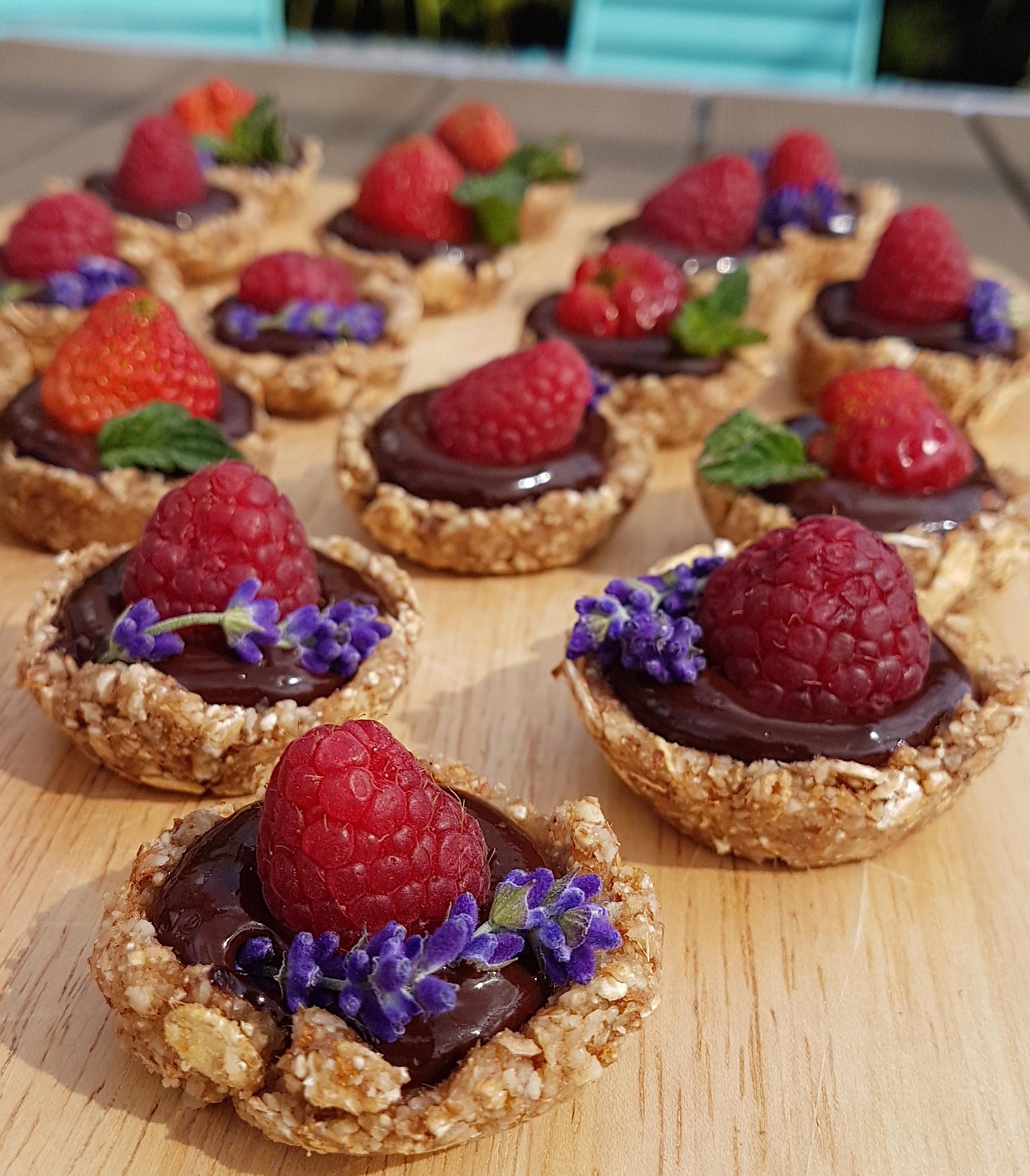 Mini tartelettes crues, fruits rouges et chocolat